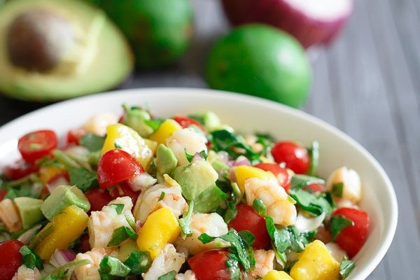 salat s krevetkami mango avokado