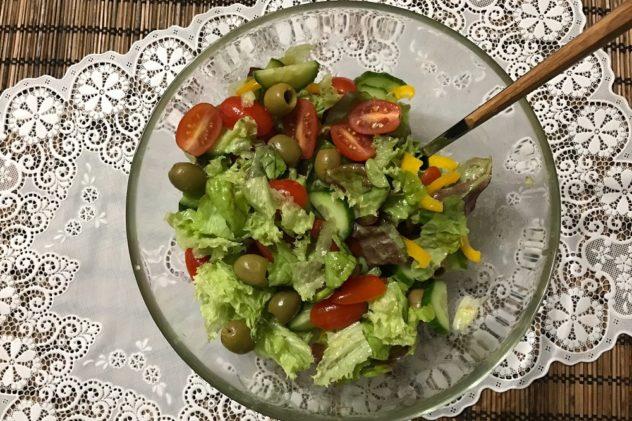 Salat iz ovoshchey, olivok i gorchichnoy zapravki
