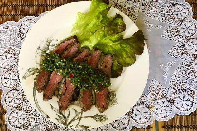 Flank steak iz govyadiny s sousom chimichurri