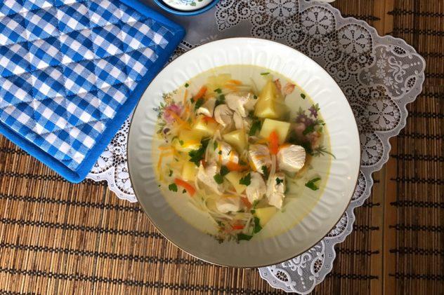 Sup s kurinoi grudkoi i makaronami