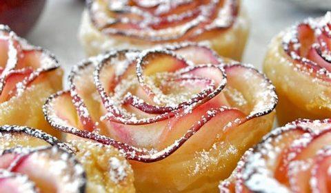 """Десерт из яблок """"Яблочные розы"""" в слоеном тесте"""