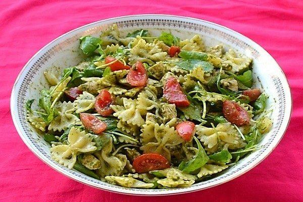 Salat s pastoi, kuricej, cherri i sousom pecto