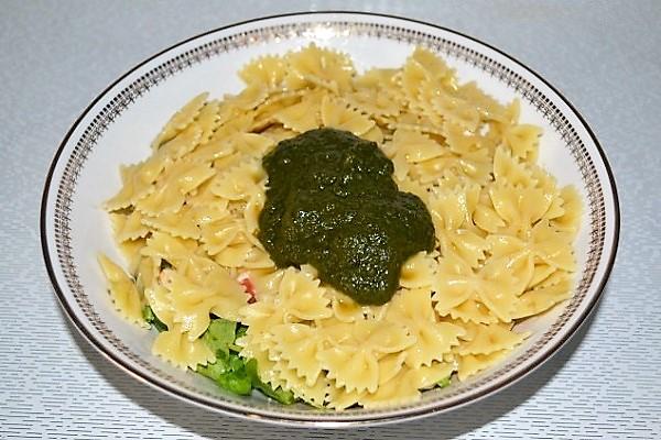 salat iz pasta s kuricei i pesto dobavili pesto