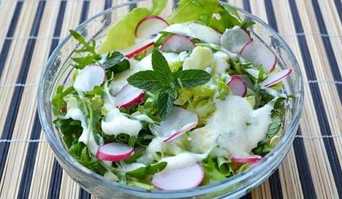 Салат с листьями латука, рукколой и редисом