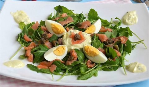Салат с лососем и рукколой