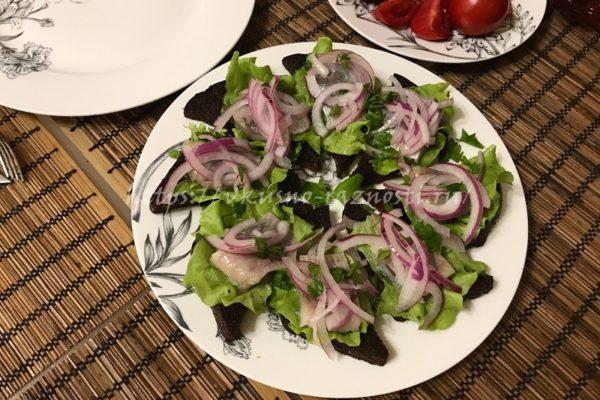 buterbrody s seledkoi salatom i lukom gotovi