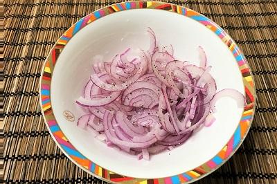 buterbrody s seledkoj salatom i lukom marinuem luk