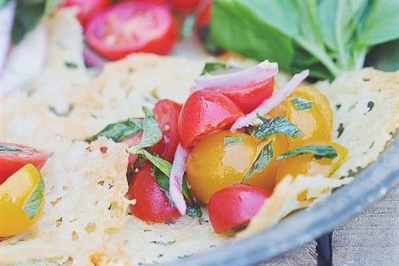 cherri salat v syrnoj tarelke gotov