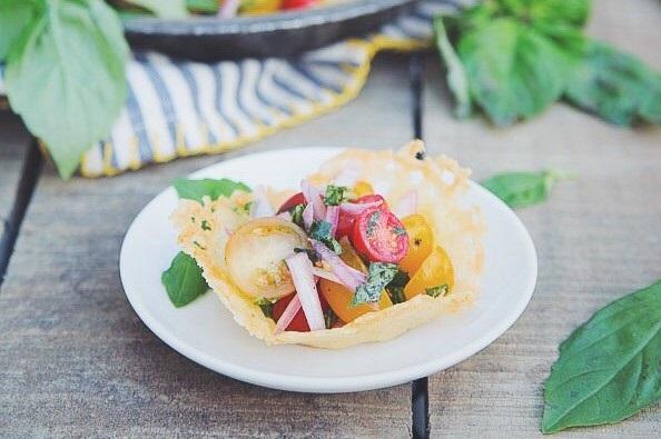cherri salat v syrnoj tarelke recept