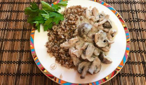 Куриное филе с грибами в сметане на сковороде