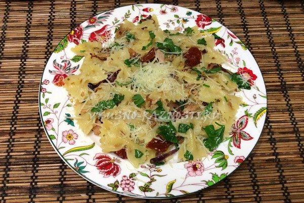 Pasta s tuncom i vyaleny'mi pomidorami