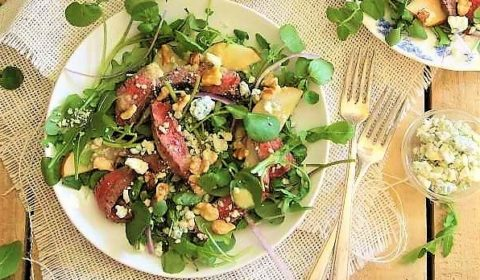 Салат из стейка, груши, кресс-салата, сыра и орехов