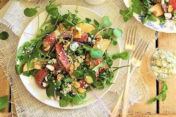 Steik salat s grushei, kress-salatom, syrom i orehami