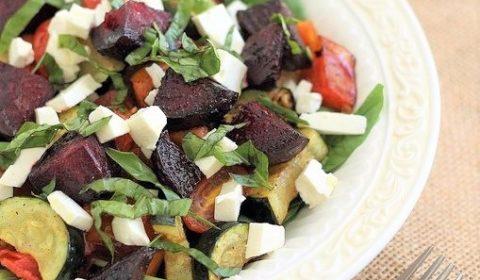 Запеченные овощи цукини и свекла со шпинатом. Салат с сыром фета.