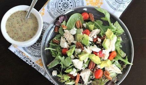 Салат с авокадо и курицей в медово-горчичной заправке
