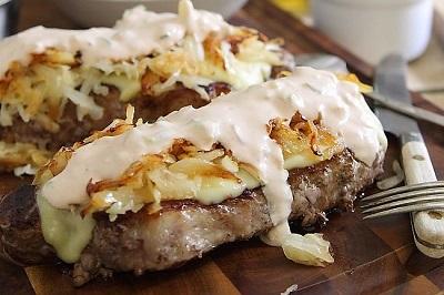 stejk sendvich s kvashenoj kapustoj podaem