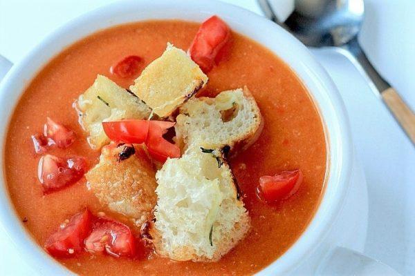 Тосканский томатный суп с гренками и розмарином