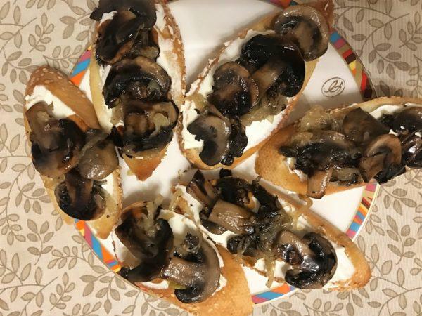 Брускетта с сыром творожным и грибами