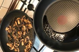 brusketta s syrom i gribami topping i griby