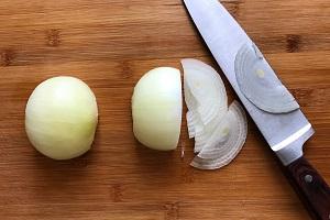 brusketta s syrom i gribami luk