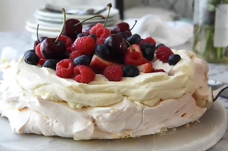 Ukrashaem tort yagodami