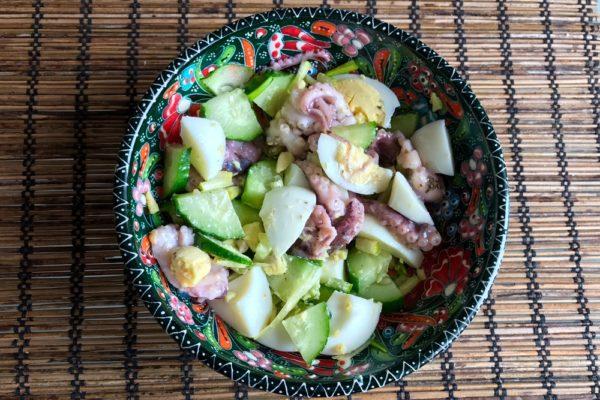 salat iz molodyh osminogov na skoruyu ruku