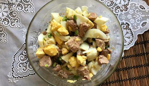 Салат печень трески, яйцо, зеленый лук