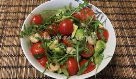 Salat iz avokado s krevetkami i pomidorami cherri
