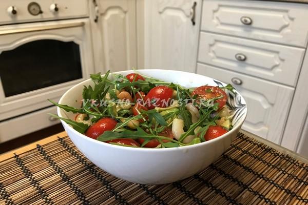 Salat iz krevetok s avokado i cherri