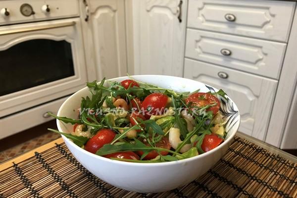 Salat s cherri avokado i krevetkami