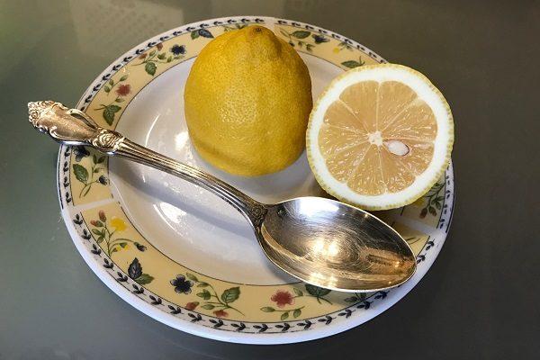 Berem stolovuyu lozhku soka limona