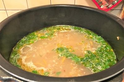 Dobavlyaem v sup zelen' i chesno
