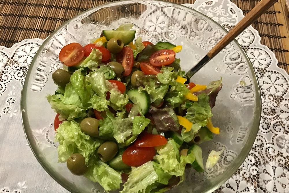Salat iz ovoshchey i olivok gotov!