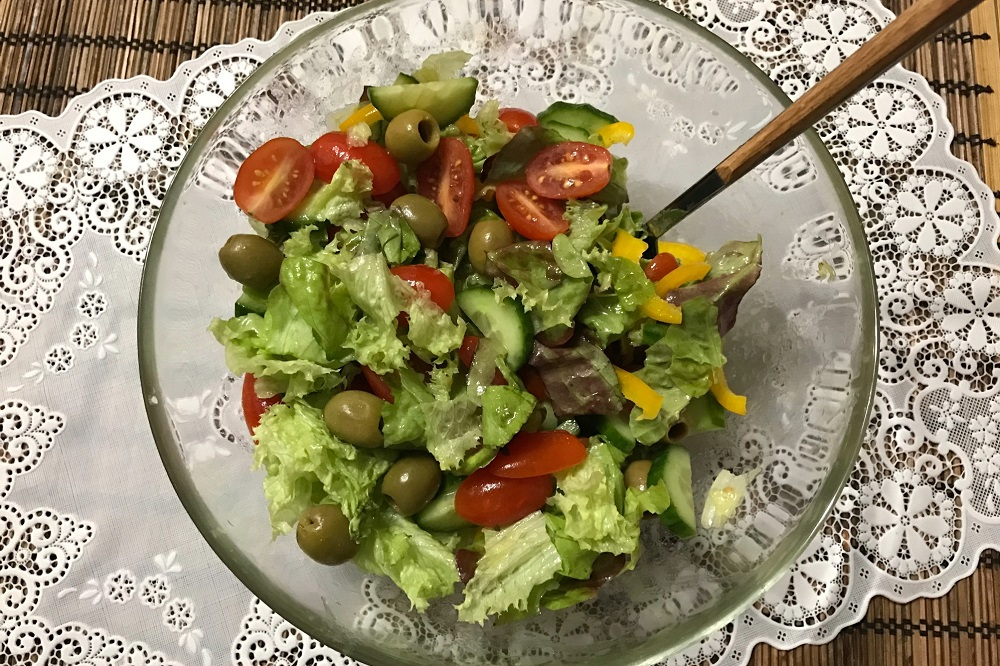 salat iz cherri ogurcov i olivok