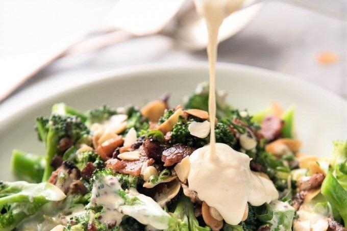 Gotovyi salat s brokkoli polivaem zapravkoy
