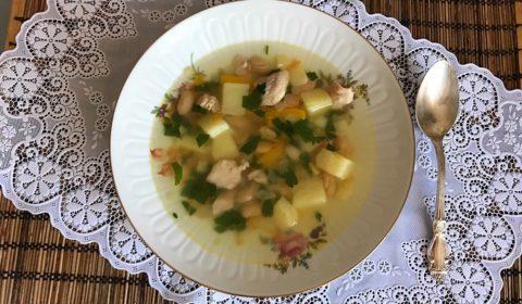 Kurinyy sup s fasolyu konservirovannoi