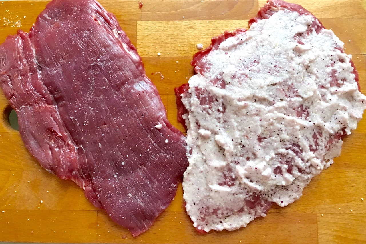 Smazyvaem odnu storonu steika marinadom