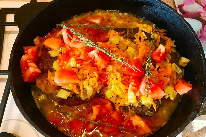Vykladyvaem narezannye pomidory