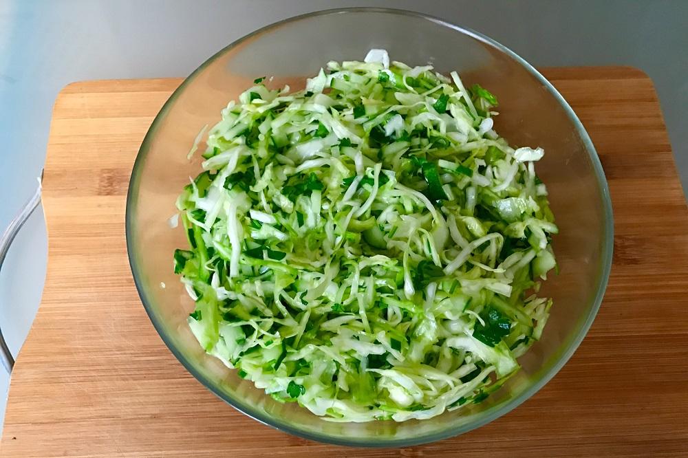 как сделать салат из огурцов и капусты