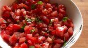 Салат с помидорами базиликом и чесноком