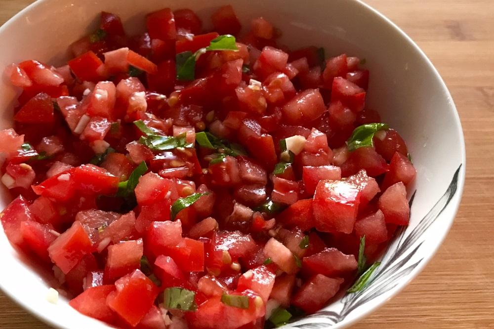 salat s pomidorami bazilikom i chesnokom