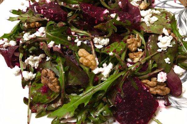 Салат из запеченной свеклы с пикантной заправкой и орехами