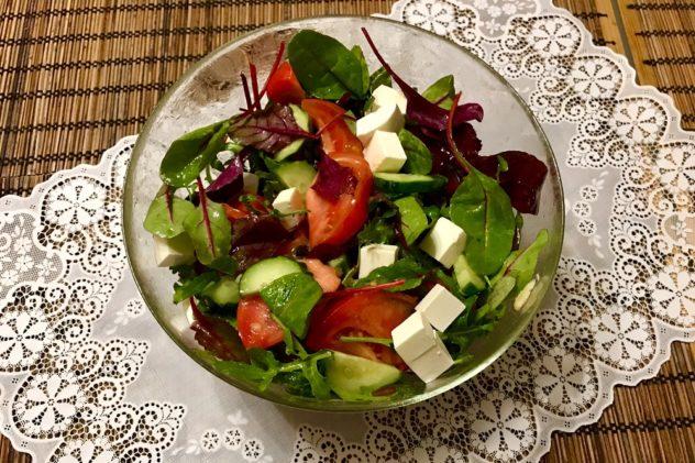 salat s fetoj i pomidorami i ogurcami