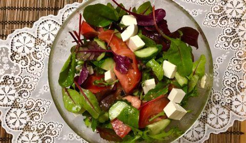 salat s syrom feta i pomidorami