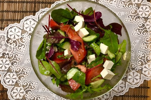 Салат с сыром фета и помидорами в медово-горчичной заправке