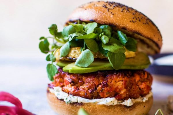 Fishburger s lososem, slivochnym syrom i avokado