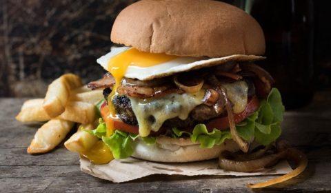 Burger s yaicom i govyazhei kotletoi