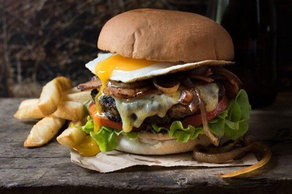 Гамбургер с яйцом и говяжьей котлетой