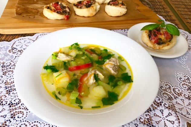 Kurinyi sup s seldereem bolgarskim percem i kabachkami