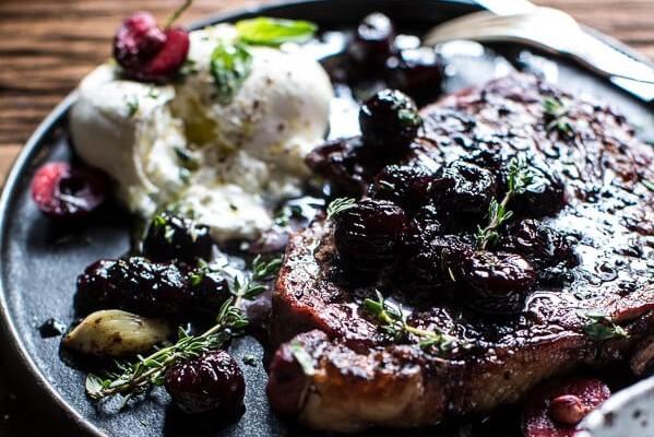 Стейк из мраморной говядины на сковороде с вишневы соусом
